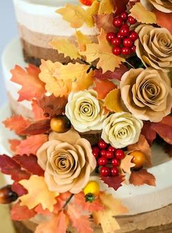 Bolo de chocolate decorado em um tema de outono