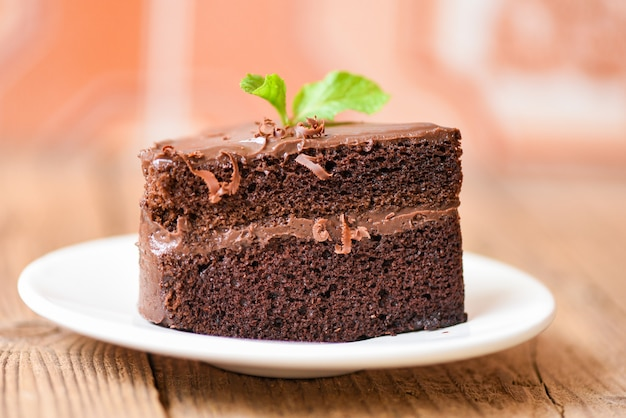 Bolo de chocolate deliciosa sobremesa servida na mesa