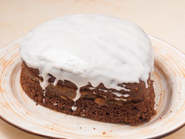 Bolo de chocolate doce com geleia no prato