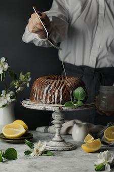 Bolo de chocolate e abóbora e raspas de limão na mesa