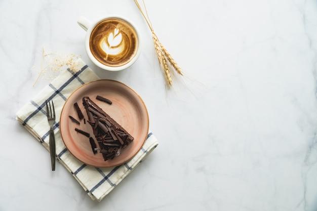 Bolo de chocolate e café. bolo de chocolate na placa cor-de-rosa.