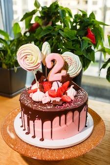 Bolo de chocolate e morango com o número dois