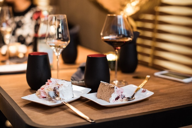 Bolo de chocolate e taças de vinho