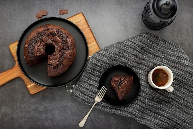 Bolo de chocolate e uma fatia de bolo com uma xícara de café