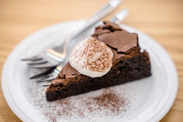 Bolo de chocolate em cima da mesa