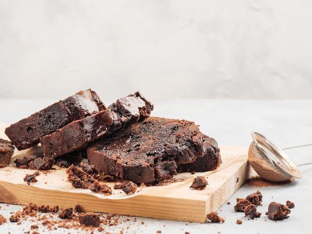 Bolo de chocolate em fatias de libra fica em branco com gotas de chocolate e cacau.