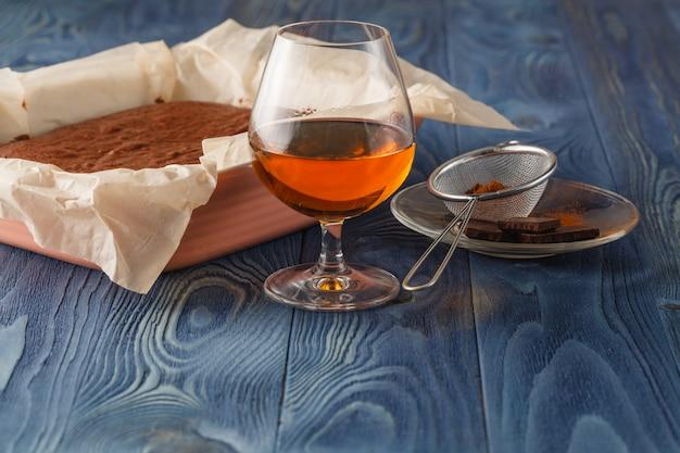 Bolo de chocolate em uma assadeira