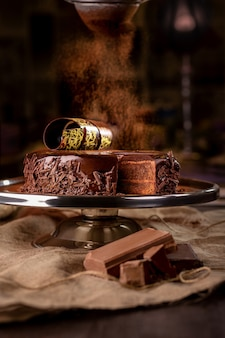 Bolo de chocolate em uma travessa em uma padaria em fundo escuro