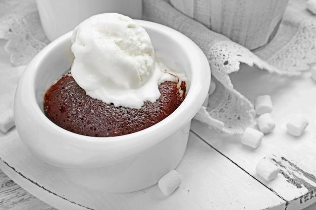 Bolo de chocolate lava com sorvete em uma tigela, close-up
