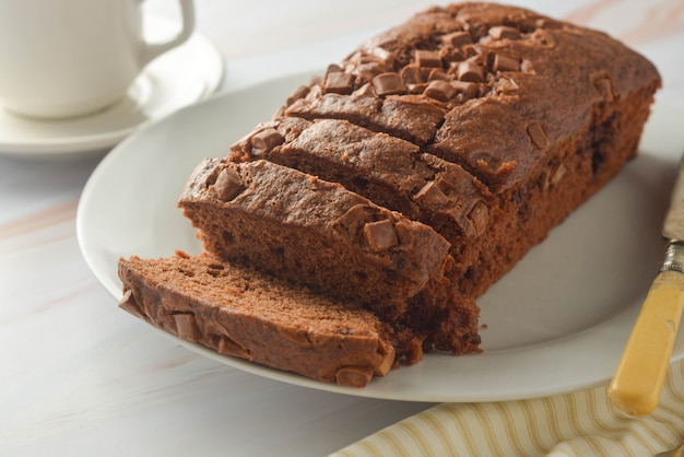 Bolo de chocolate. massa de chocolate escura caseira no café da manhã ou sobremesa