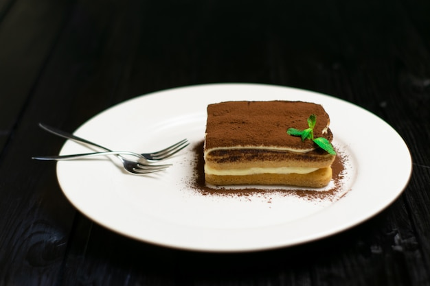 Bolo de chocolate na placa de madeira