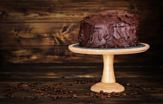 Bolo de chocolate no escuro bckground de madeira