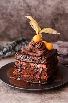 Bolo de chocolate no prato com frutas