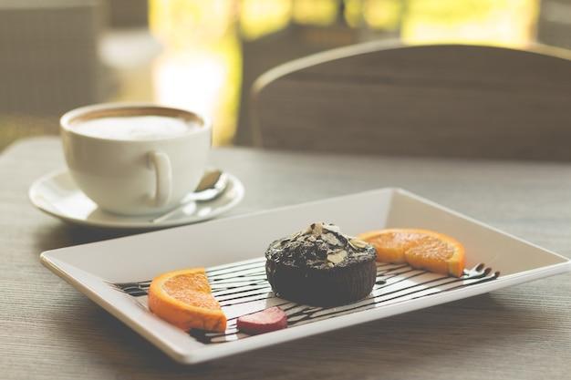 Bolo de chocolate ou bolo de chocolate lava com frutas frescas e café