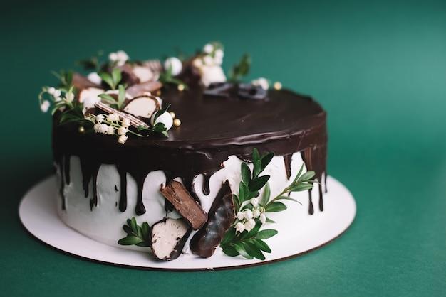 Bolo de chocolate sobre fundo verde