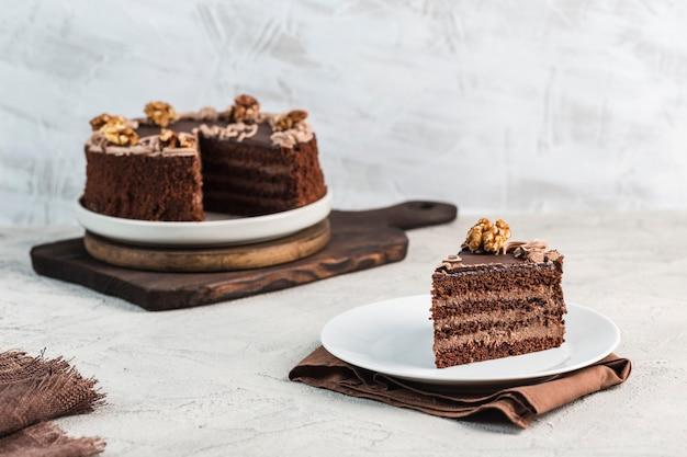 Bolo de chocolate sobre um fundo claro. sobremesa para aniversário e férias.