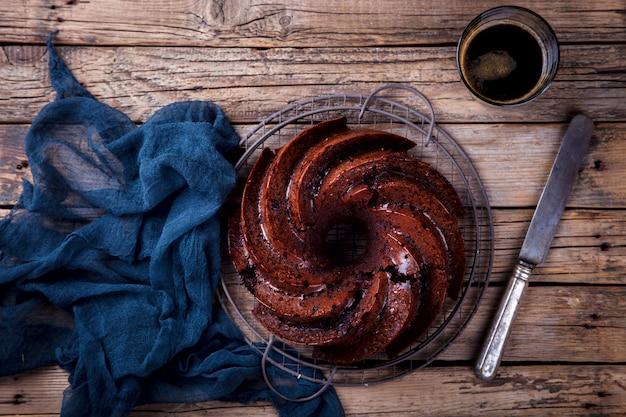 Bolo de chocolate. torta de cozimento com cerejas e café