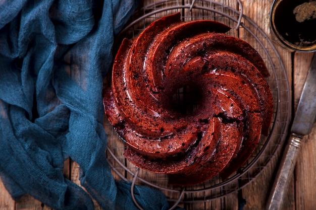 Bolo de chocolate. torta de cozimento com cerejas