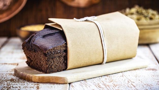 Bolo de chocolate vegano feito em asa, com fermento biológico sem leite