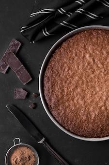 Bolo de chocolate vista superior pronto para ser servido