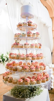 Bolo de copo de rosa. o bolo de casamento.