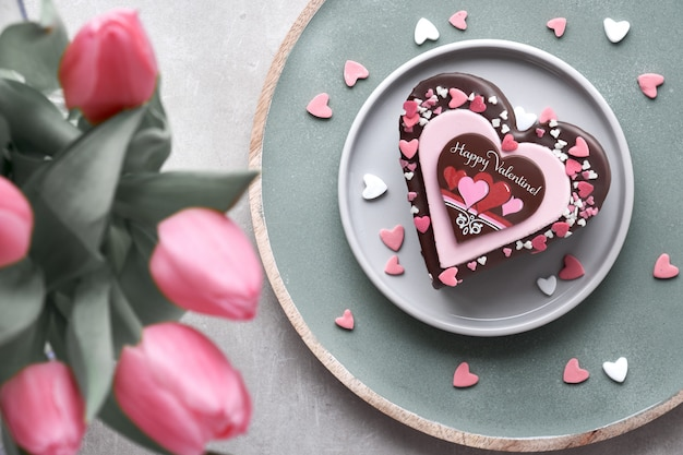 Bolo de coração dia dos namorados com chocolate, açúcar decorações e texto