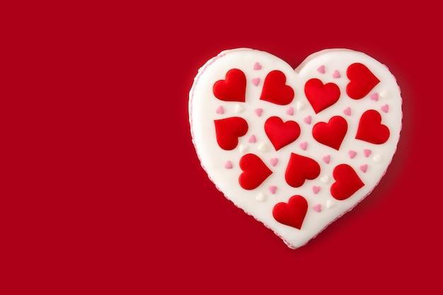 Bolo de coração para o dia dos namorados decorado com corações de açúcar