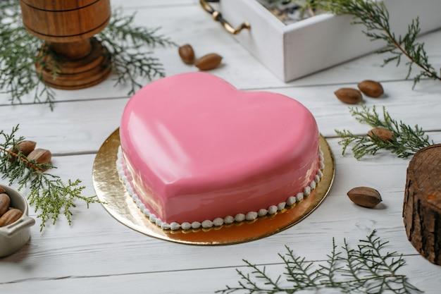 Bolo de coração rosa em cima da mesa