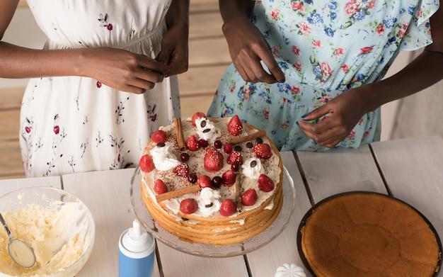 Bolo de cozinha feminina