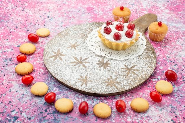 Bolo de creme de vista frontal com frutas vermelhas e biscoito filho a superfície roxa açúcar doce