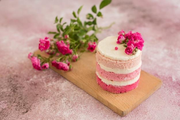 Bolo de creme e bagas-de-rosa lindo