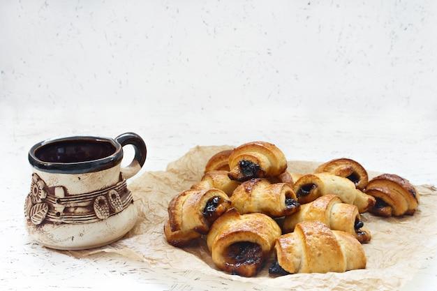 Bolo de croissant com recheio. produtos de confeitaria. assar com geléia. chá da manhã.