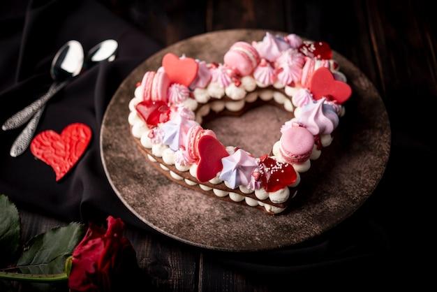 Bolo de dia dos namorados no prato com corações e rosa