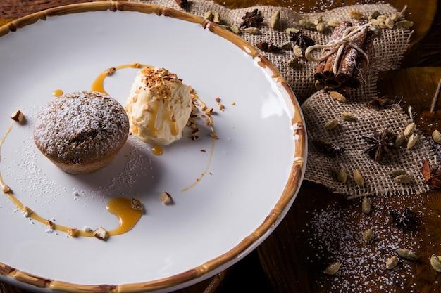 Bolo de especiarias com sorvete
