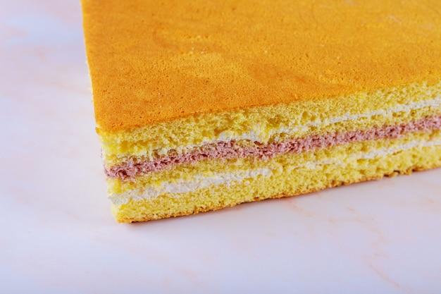 Bolo de esponja com creme de queijo e recheio de cereja ácida