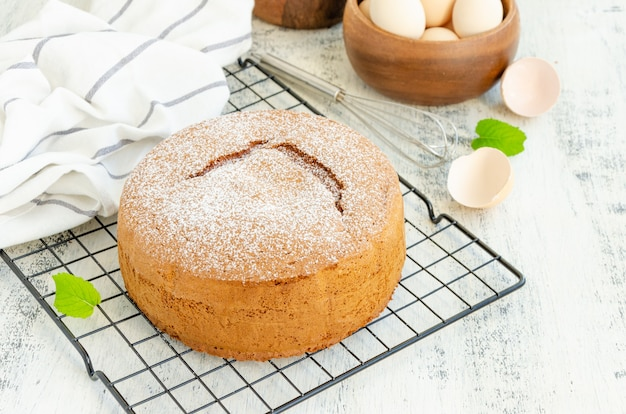 Bolo de esponja de baunilha clássico caseiro ou biscoito polvilhado com açúcar de confeiteiro na grelha.