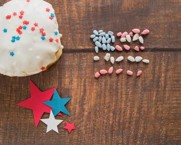 Bolo de estrelas e comestíveis bandeira americana