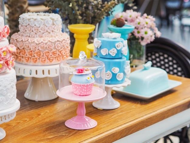 Bolo de fantasia colorida em cakestand branco