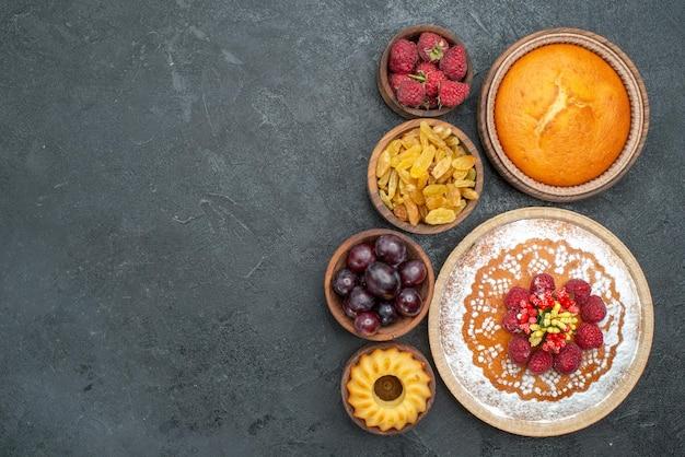 Bolo de framboesa gostoso com passas e frutas na superfície cinza torta de chá biscoito biscoito doce Foto gratuita