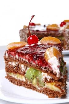 Bolo de frutas com cereja no deserto