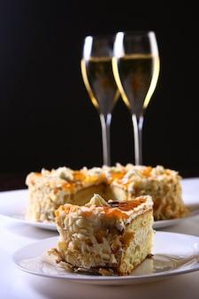 Bolo de frutas de sobremesa com champanhe