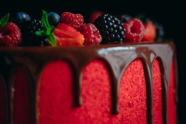 Bolo de frutas de verão veludo vermelho.