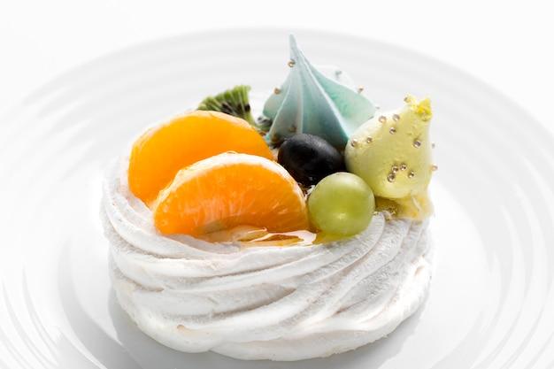 Bolo de frutas deliciosas de alto ângulo