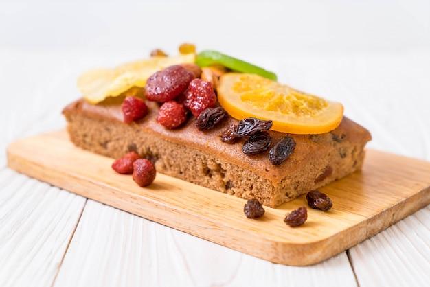 Bolo de frutas em madeira