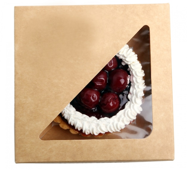 Bolo de frutas frescas e saborosas dentro da caixa