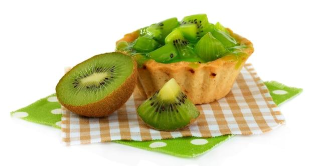 Bolo de frutas kiwi isolado no branco