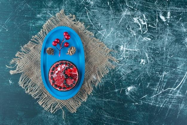 Bolo de frutas saborosas com pinhas de natal em um saco. foto de alta qualidade