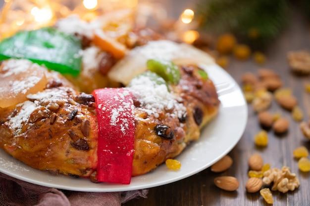 Bolo de frutas típico português bolo rei em fundo de madeira