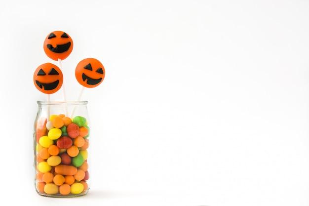 Bolo de halloween aparece e doces coloridos isolados