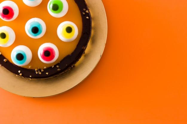 Bolo de halloween com decoração de olhos doces em laranja. vista do topo.